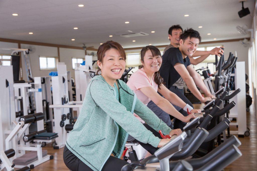 エアロバイクで運動不足解消をしている人たち
