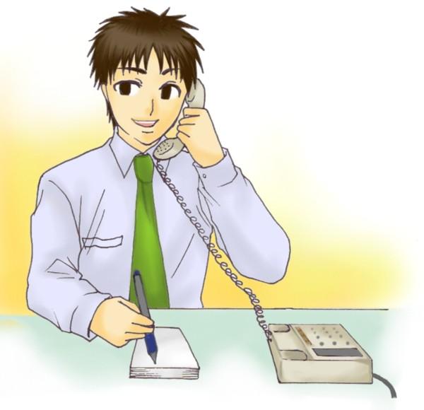アニメ制作に関わる人と電話で進捗確認をする男性