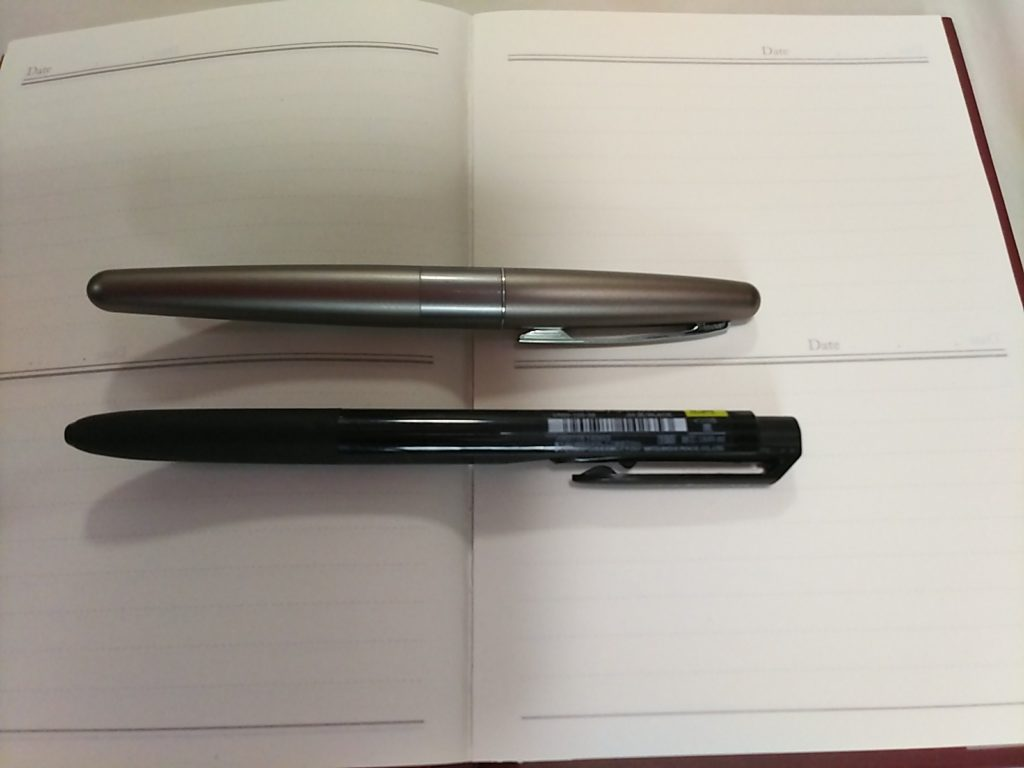 コクーンの万年筆とユニボールシグノの対比