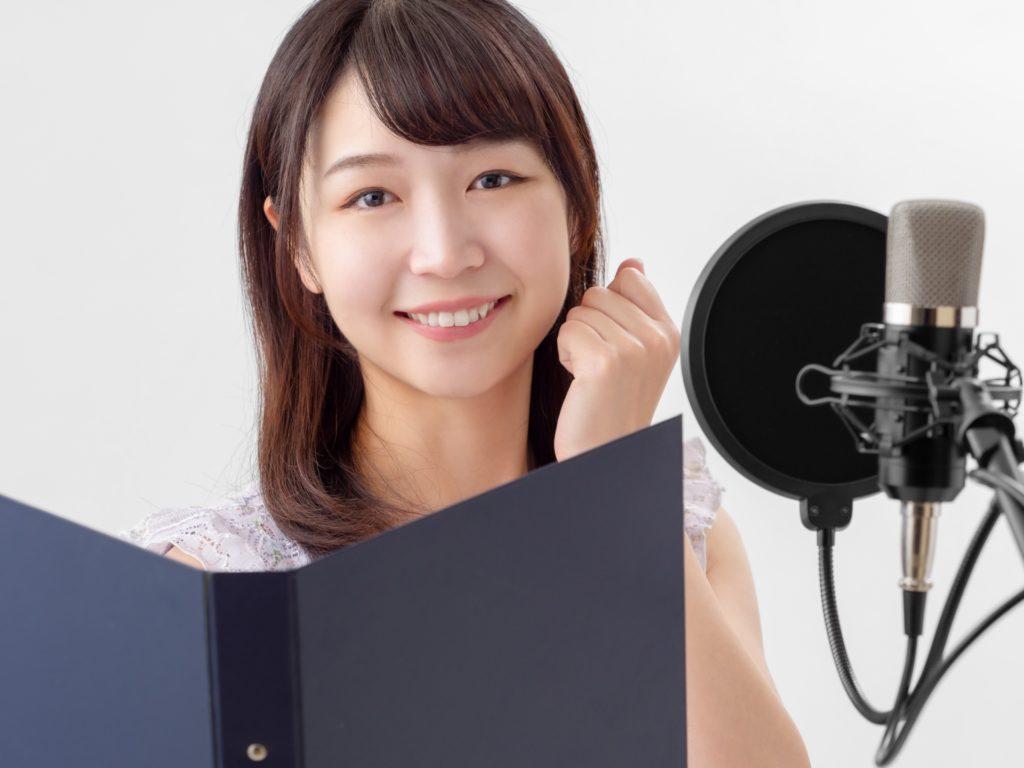 小説の推敲で音読をして自分の声をレコーディングしている女性
